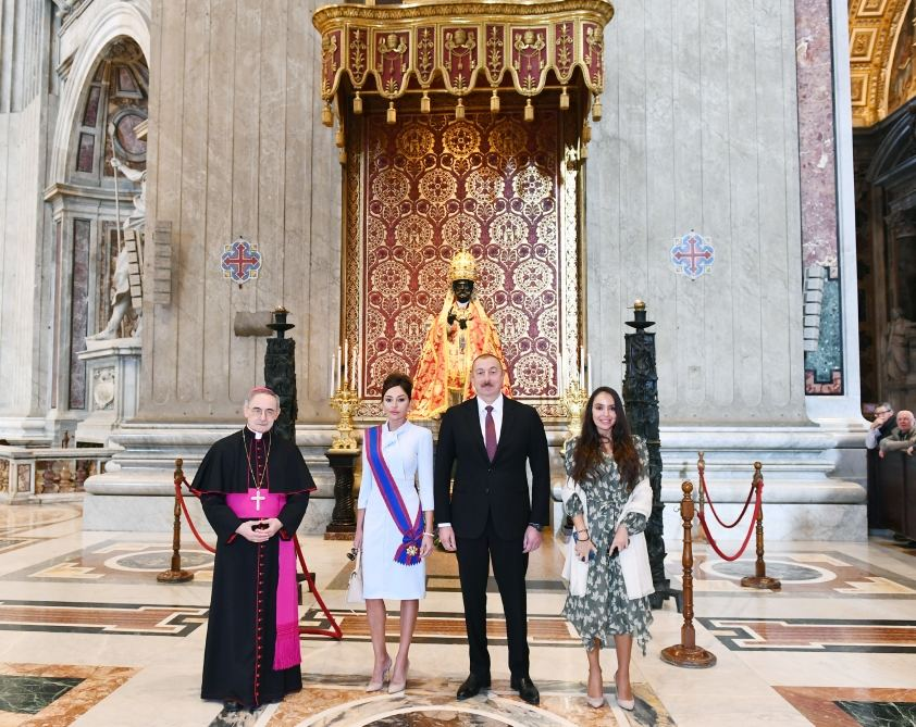 President Ilham Aliyev and first lady Mehriban Aliyeva viewed Sistine Chapel and St. Peter's Basilica in Vatican (PHOTO) - Gallery Image