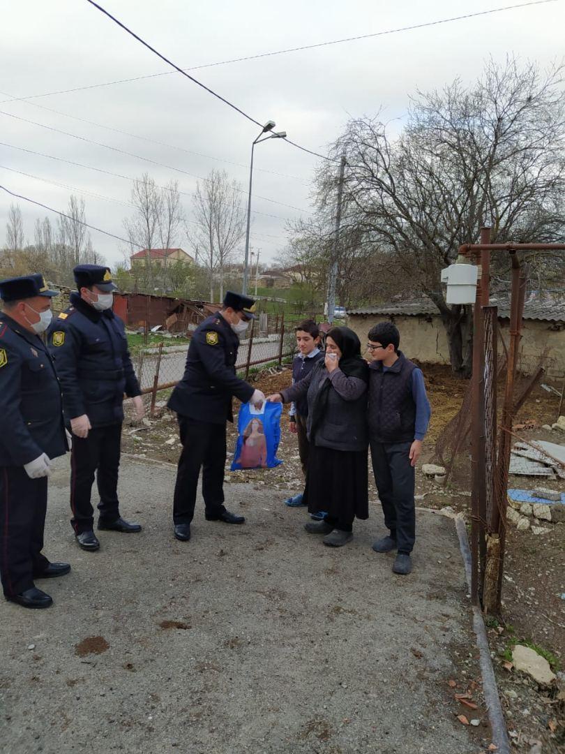 Xızı polisi yaşlı insanlara ərzaq yardımı edib (FOTO) - Gallery Image