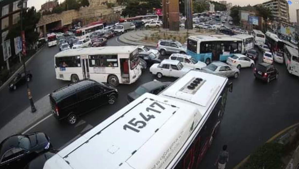 """Hazırda Bakının """"Dakar"""" meydanında nəqliyyatın hərəkəti dayanıb - SƏBƏB (FOTO) - Gallery Image"""