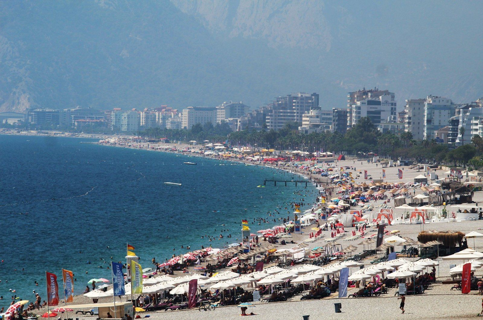 Tourists, locals head to beaches as temperature hits high in Antalya