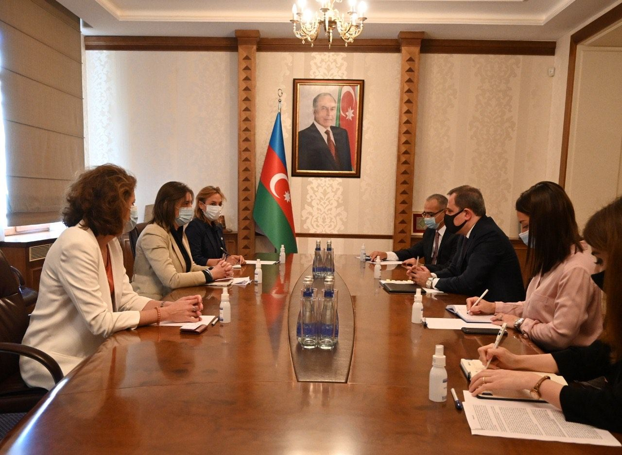 Azerbaijani FM receives head of International Committee of Red Cross Delegation (PHOTO)