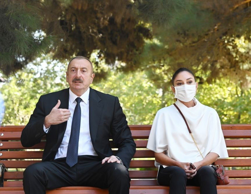 Президент Ильхам Алиев и Первая леди Мехрибан Алиева встретились с ранеными военнослужащими, лечащимися в Центральном военном клиническом госпитале минобороны (ФОТО) - Gallery Image