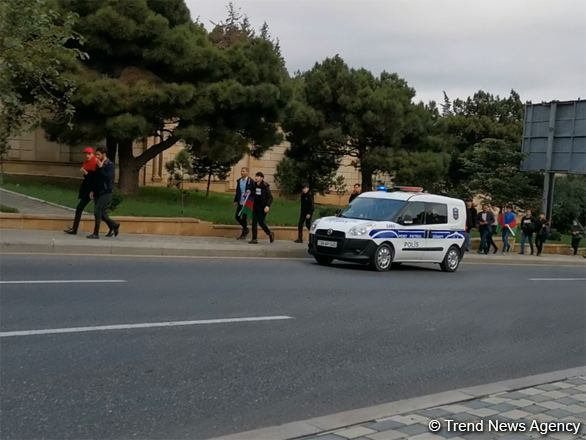 Baku residents heading to Alley of Honor to сommemorate Azerbaijan's martyrs (VIDEO)