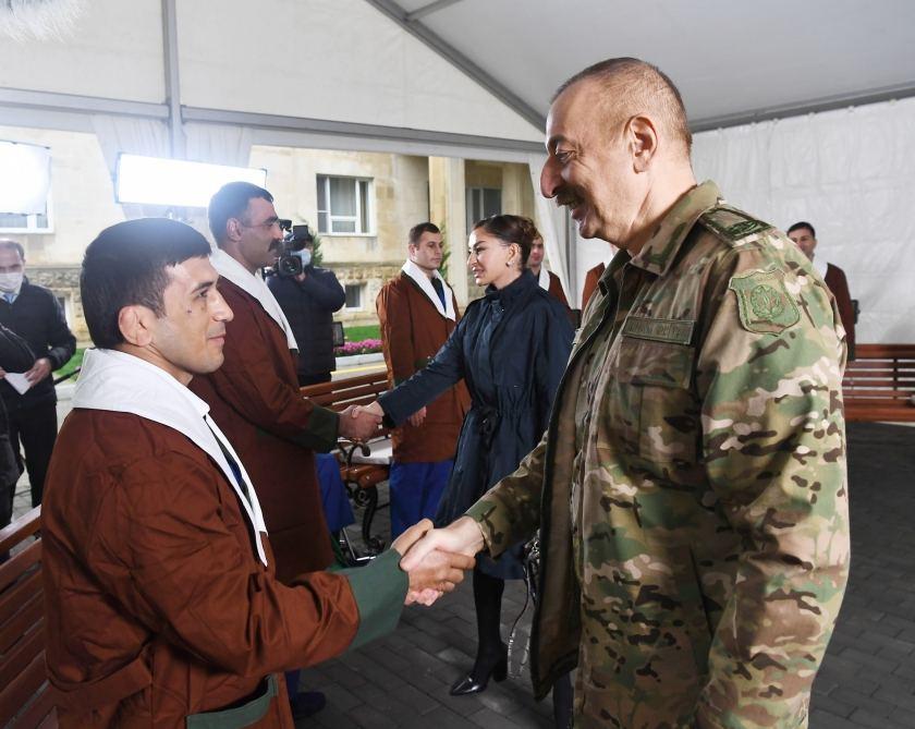 Azerbaijani president, first lady meet servicemen undergoing treatment (PHOTO) - Gallery Image