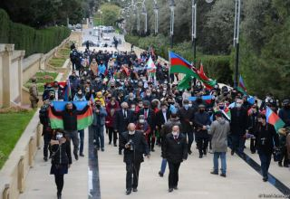 Azerbaijani refugees from Kalbajar visit Martyrs Alley (PHOTO)
