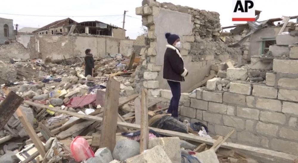 Associated Press распространило репортаж о тяжелых последствиях ракетной атаки на Гянджу со стороны Армении (ФОТО/ВИДЕО) - Gallery Image