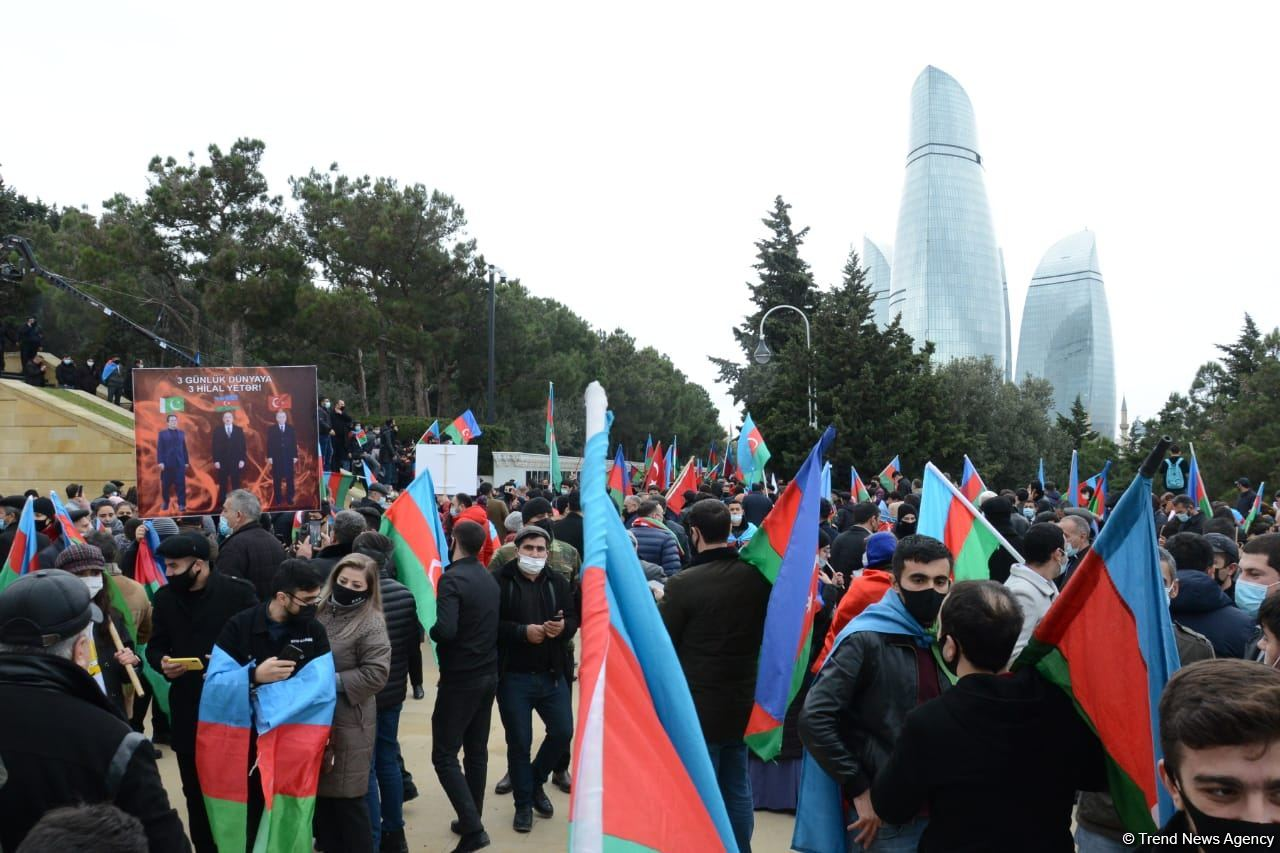 Lachin residents visit Alley of Martyrs in Azerbaijan's Baku (PHOTO)