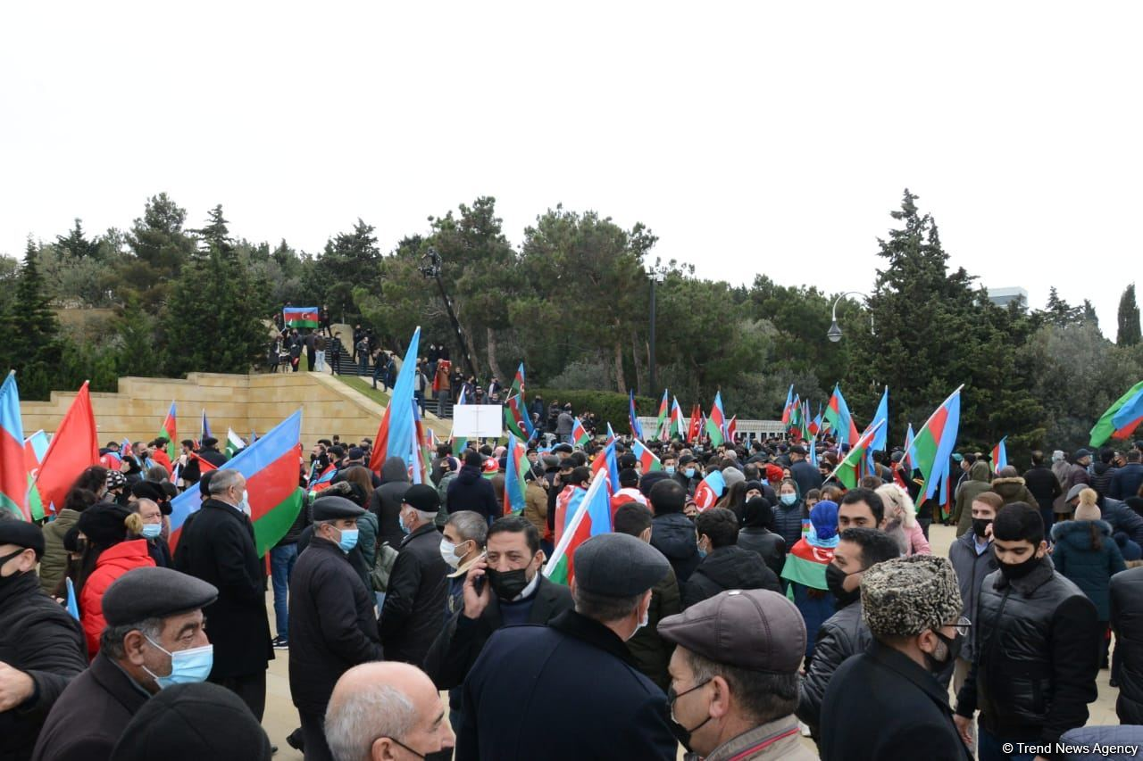 Lachin residents visit Alley of Martyrs in Azerbaijan's Baku (PHOTO) - Gallery Image