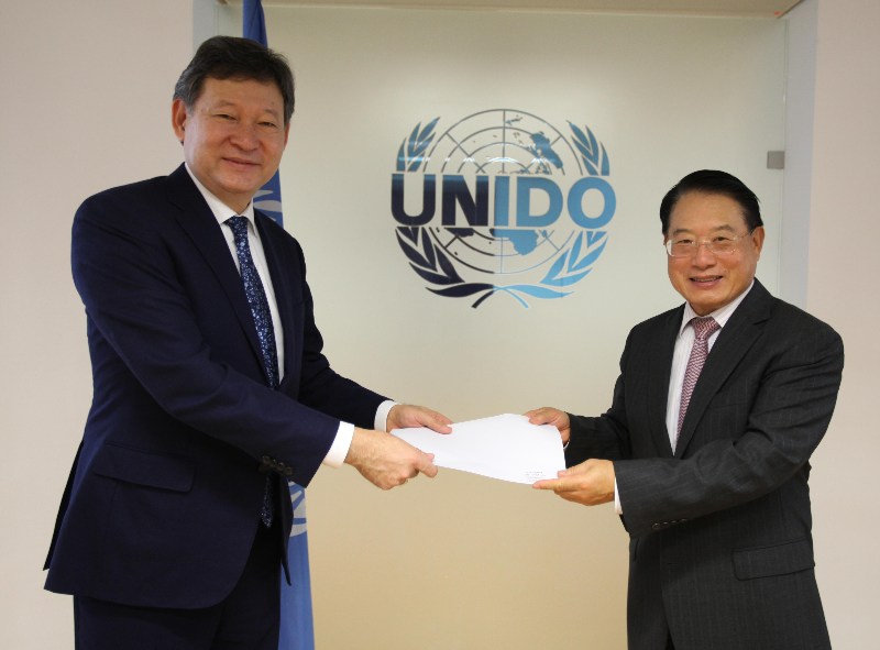 Permanent Representative of Kazakhstan presents credentials to UNIDO Director General