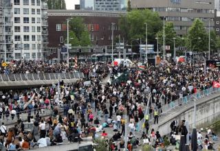 Thousands protest in Amsterdam against Dutch coronavirus lockdown