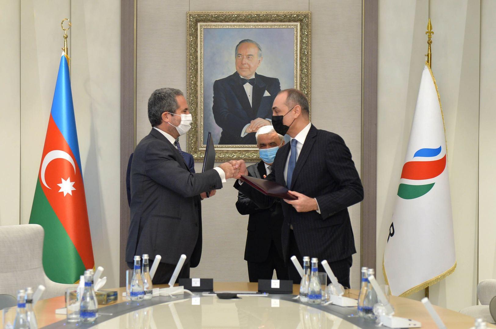 SOCAR İtaliya şirkəti ilə benzin istehsalı üçün yeni emal qurğuları barədə sazişlər imzalayıb (FOTO) - Gallery Image