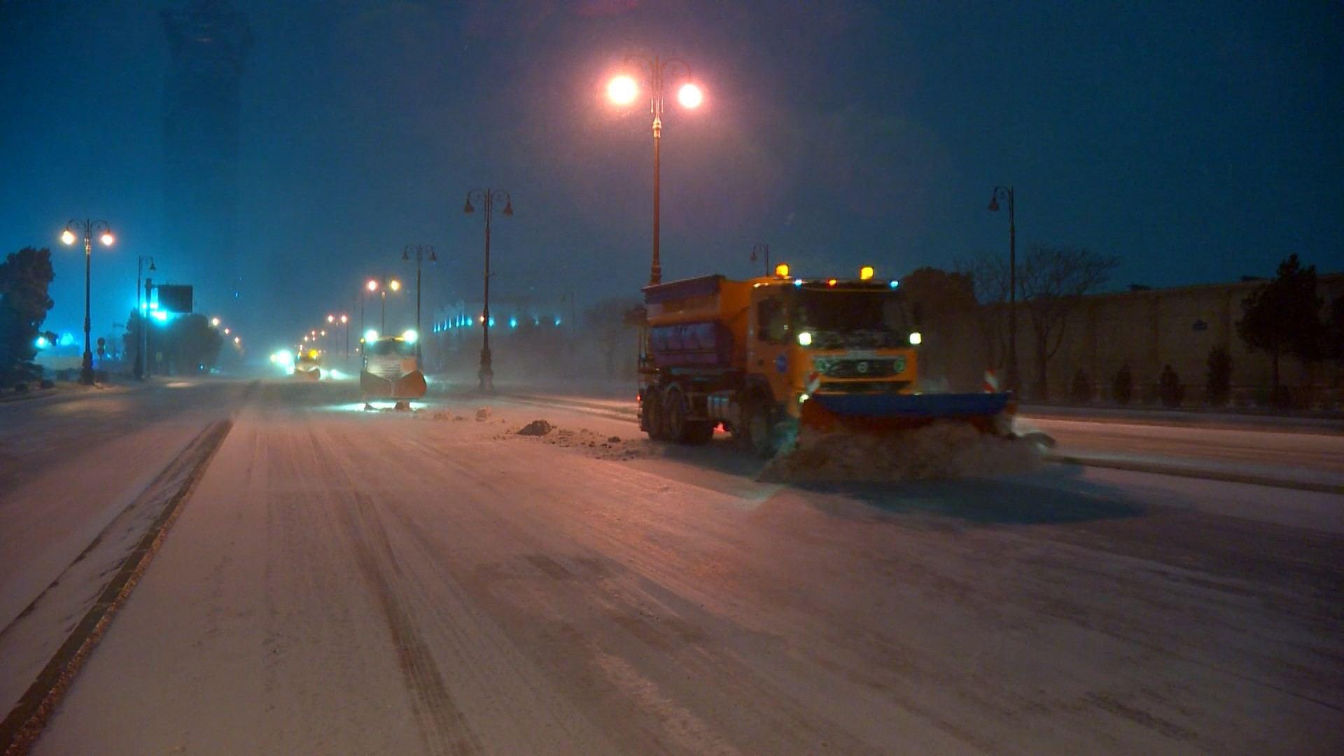 Yolların təmizlənməsi üçün gecə boyu iş görülüb - AAYDA (FOTO) - Gallery Image