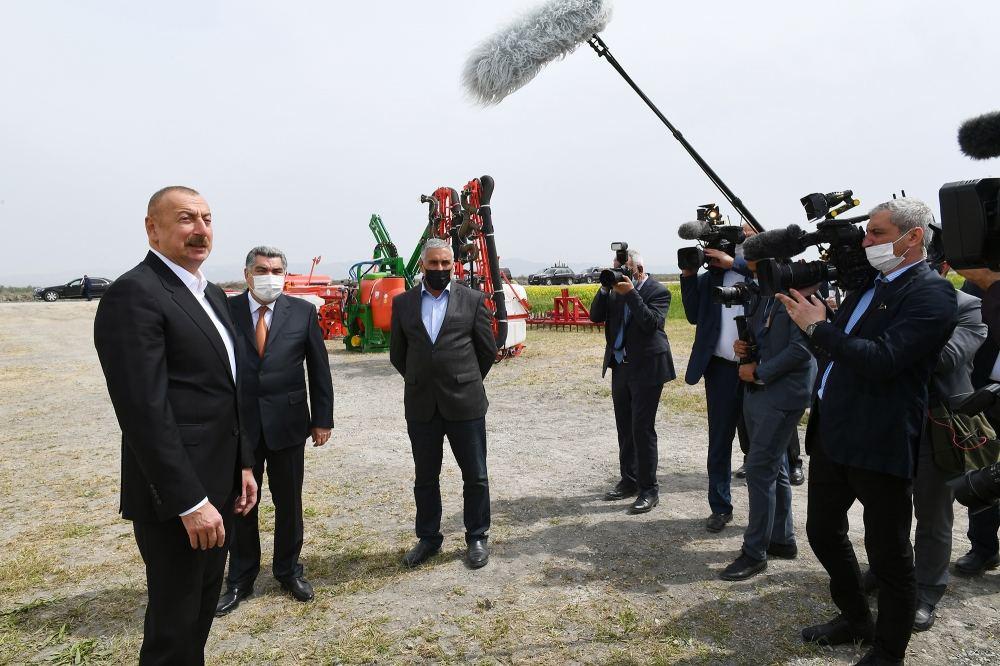 Президент Ильхам Алиев посмотрел процесс посева на хлопковом поле фермера Эльшана Халилова (ФОТО) - Gallery Image