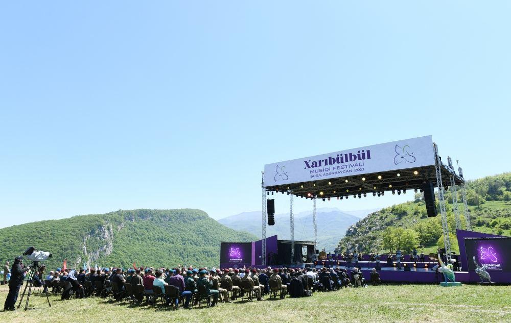 Президент Ильхам Алиев и Первая леди Мехрибан Алиева приняли участие в открытии фестиваля «Харыбюльбюль» в Шуше (ФОТО) - Gallery Image