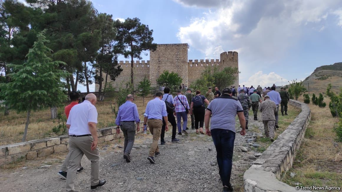 Xarici diplomatlar Ağdamda Dağüstü parkın salınacağı ərazidə və Şahbulaq qalasında olublar (FOTO) - Gallery Image