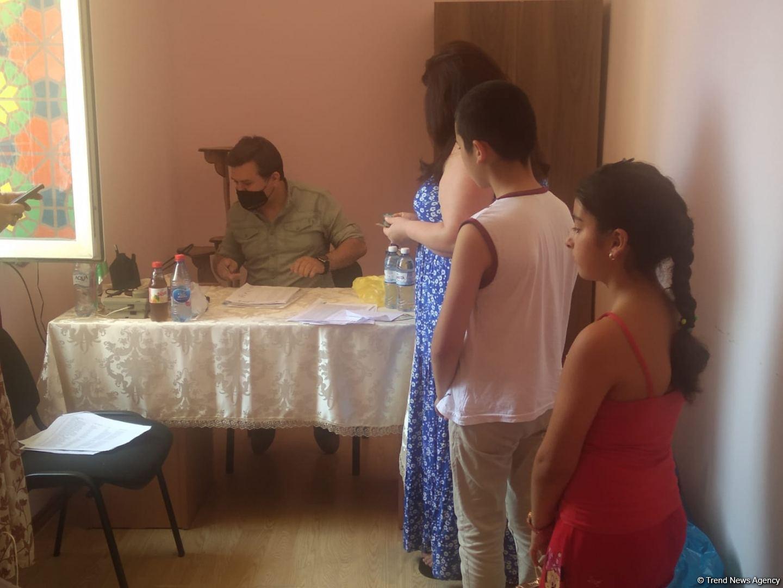 По инициативе депутата Севиль Микаиловой в Худате розданы праздничные подарки по случаю Гурбан байрамы (ФОТО) - Gallery Image