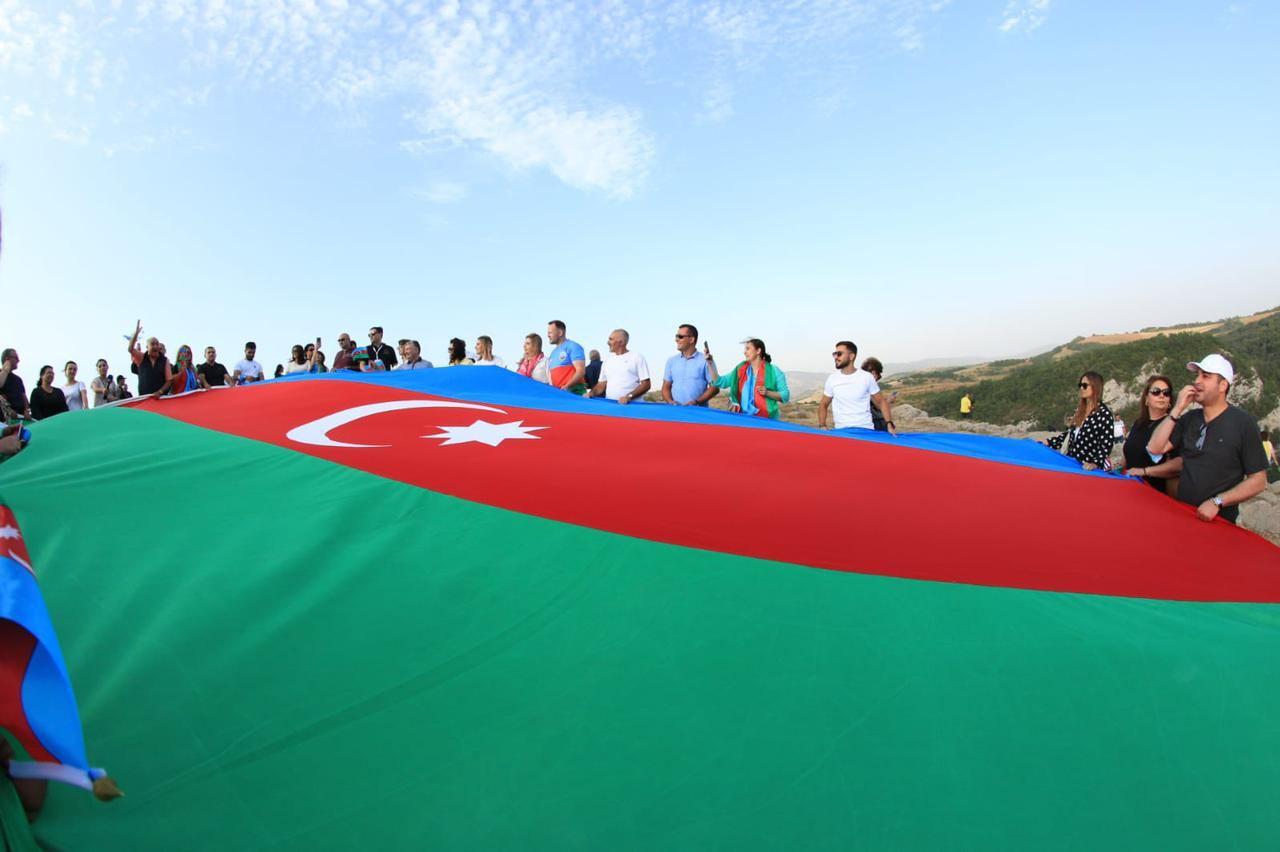 На Джыдыр дюзю в Шуше представители диаспоры развернули огромный флаг Азербайджана (ФОТО) - Gallery Image