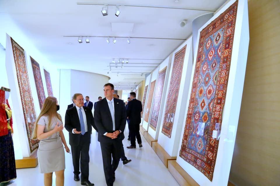 Oklahoma governor, his family members walk throughout Azerbaijan's Baku city (PHOTO) - Gallery Image