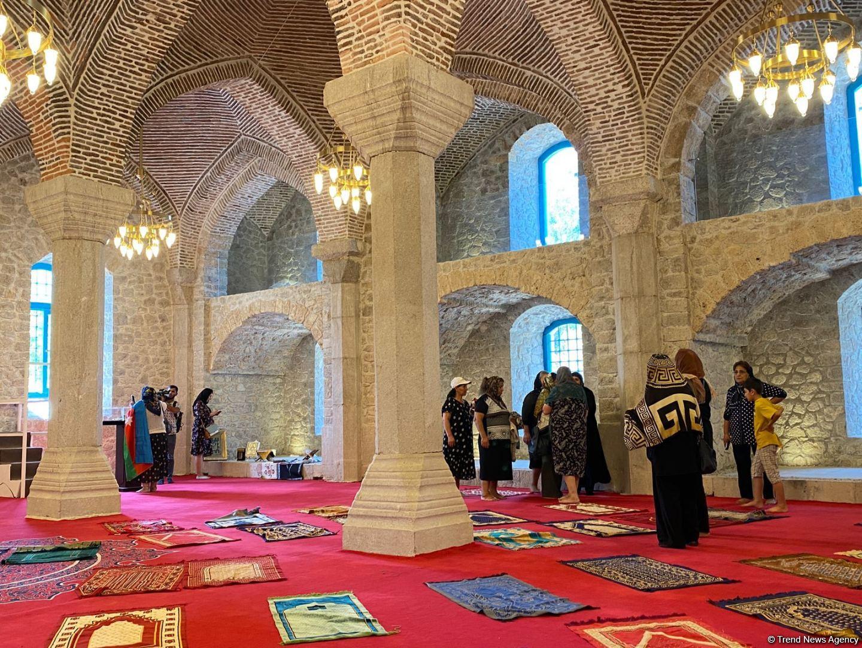 Шушинцы совершили намаз в мечети Говхар ага (ФОТО) - Gallery Image
