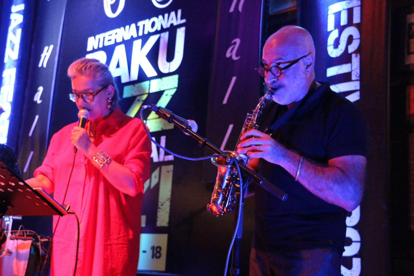 Одним вечером в Баку - противогаз, бабушка из Нидерландов и кафкианские сцены (ВИДЕО,ФОТО)