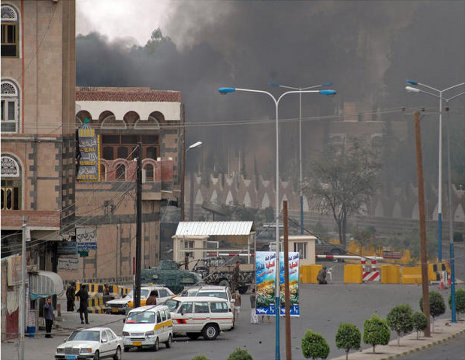 Photo: Explosion hits bus carrying Yemeni soldiers / Arab World
