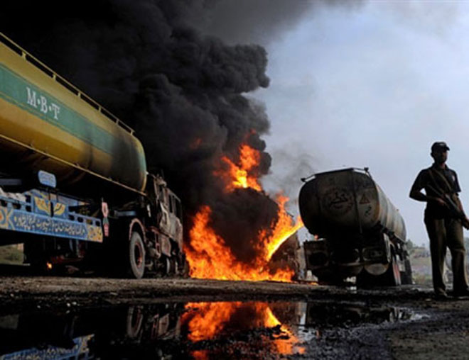 Photo: Taliban insurgents set oil tankers ablaze in Afghanistan / Other News