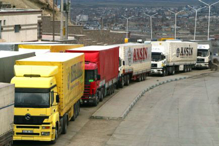 Photo: Turkish trucks waiting to pass through Iran border as Iraq's is insecure / Iran
