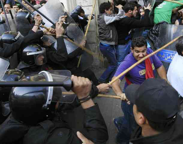 Photo: Anti-Morsi protesters clash with police in Cairo / Arab World
