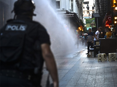 Photo: May Day marchers clash with police in Turkey  / Politics