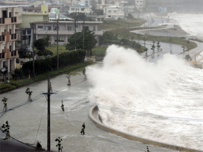 Photo: Powerful typhoon pounds Japan's Okinawa islands