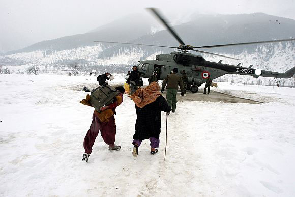 Photo: Iranian armed forces participate in rescue operation in snow-hit provinces / Iran
