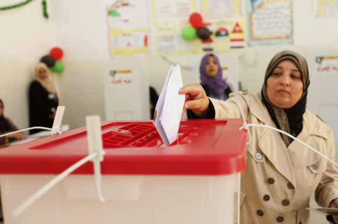 Photo: Libyans vote for constitutional body amid tension / Arab World