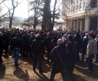 Photo: Unknown people occupied parliament and government building of Crimea / Politics