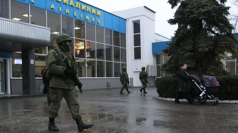 Photo: Armed men 'patrol' main airports in Ukraine's Crimea / Politics