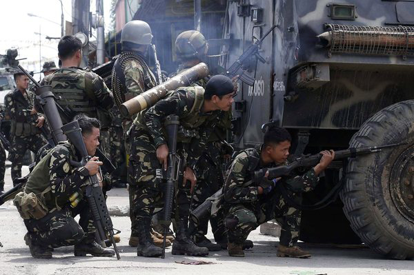 Photo: Philippines troops exchange mortar fire with militants, 15 dead / Other News