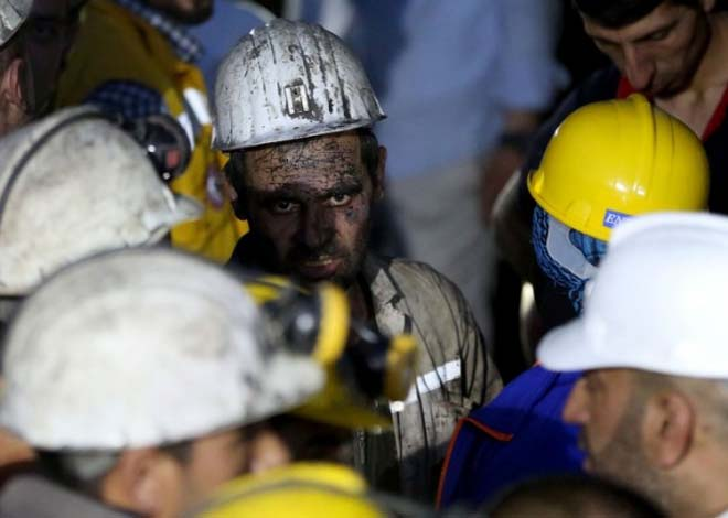 Photo: Inspectors stop underground activity at Turkey's Soma mine / Turkey