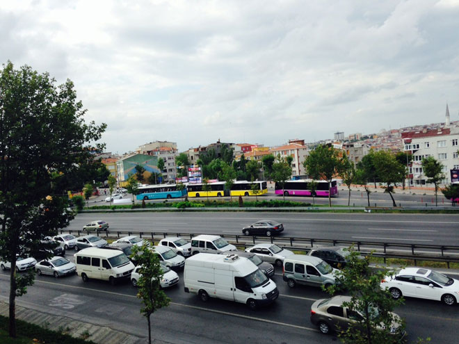Photo: Istanbul traffic snarled after truck tips over / Turkey