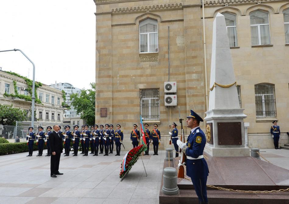 Президент Ильхам Алиев посетил памятник, воздвигнутый в честь Азербайджанской Демократической Республики