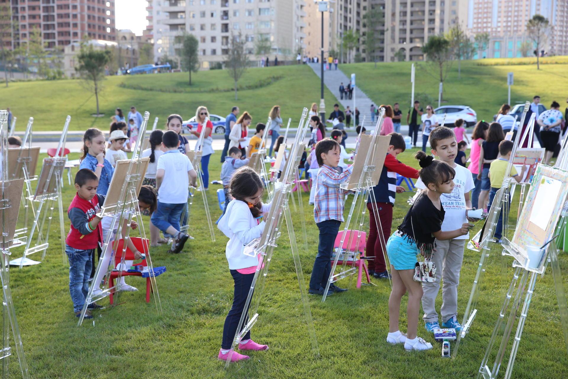 Heydər Əliyev Mərkəzinin parkında uşaqlar üçün rəsm dərsi