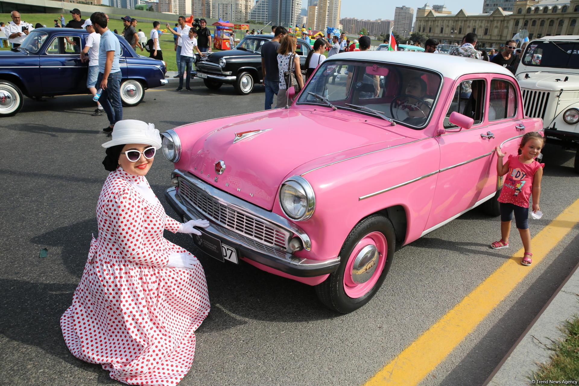 Грандиозный фестиваль: парад классических автомобилей, выставка в небе