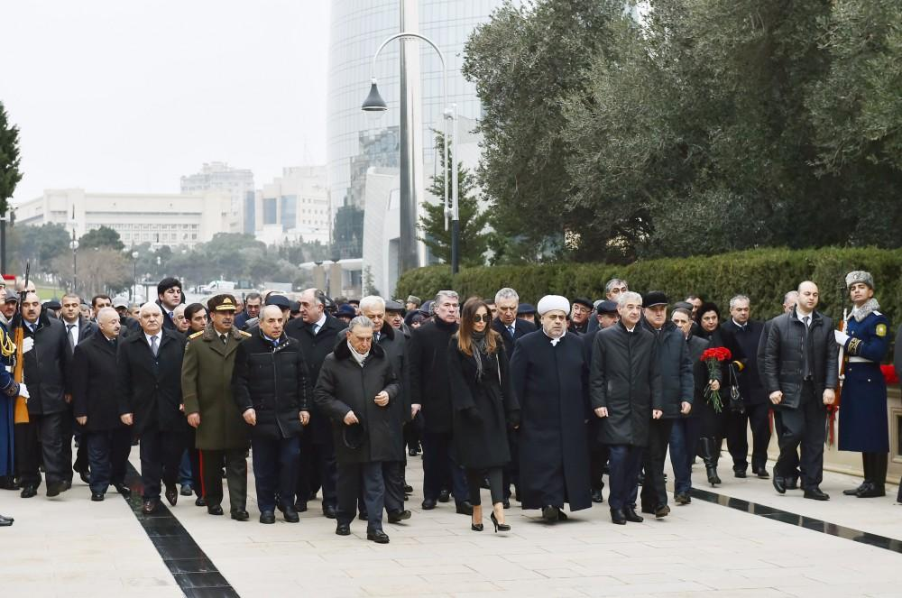 Azerbaijani president, first lady pay tribute to martyrs (PHOTO)