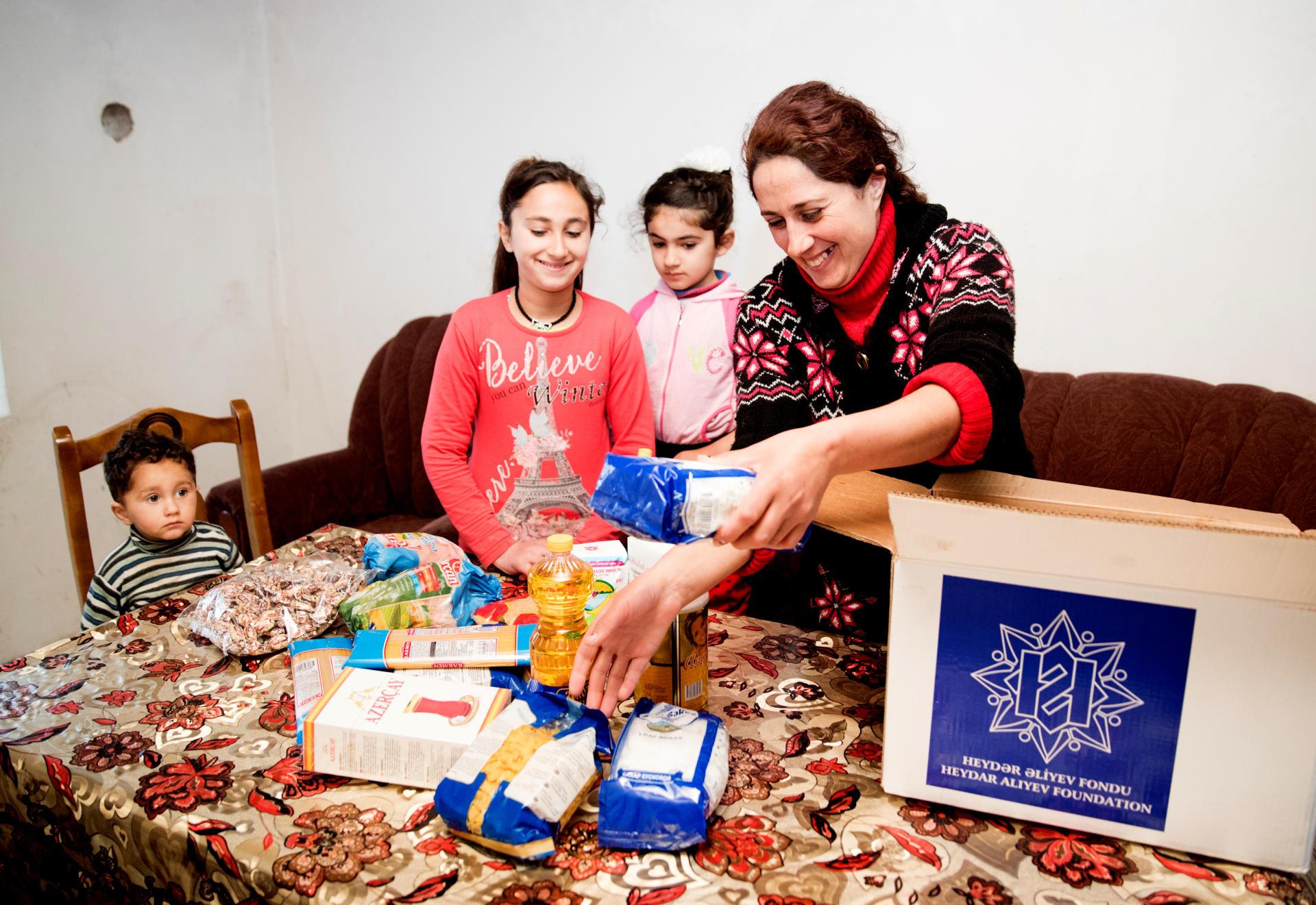 Фонд Гейдара Алиева раздает малообеспеченным семьям праздничные подарки