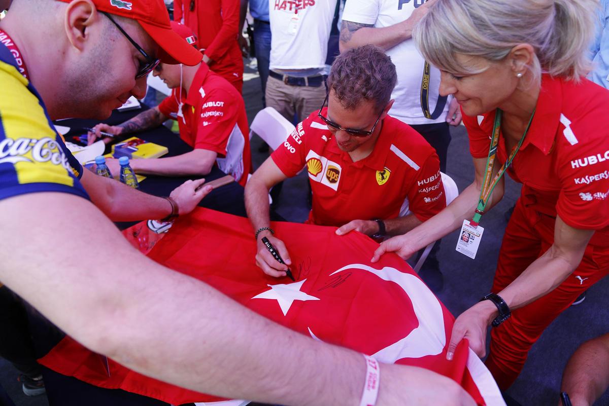 В Баку прошла автограф-сессия пилотов «Формулы 1»