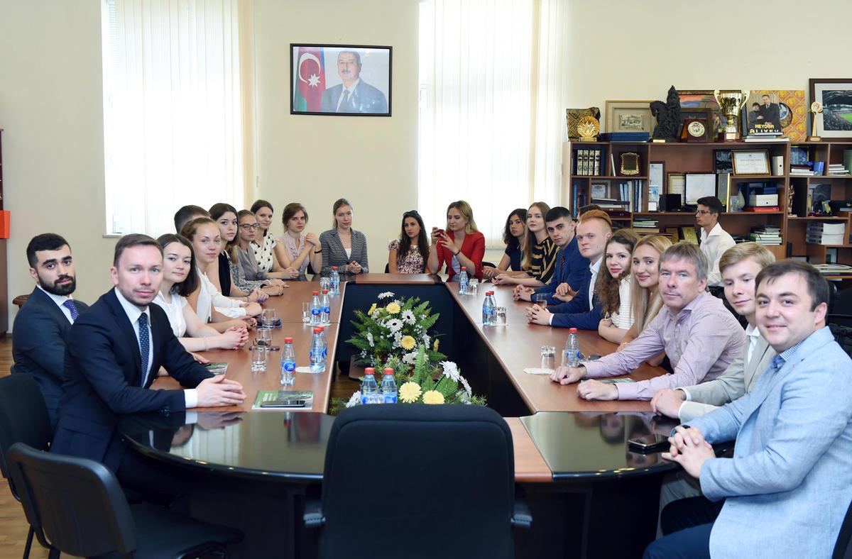 Rusiyalı gənclər nazir müavini ilə görüşüblər (FOTO)