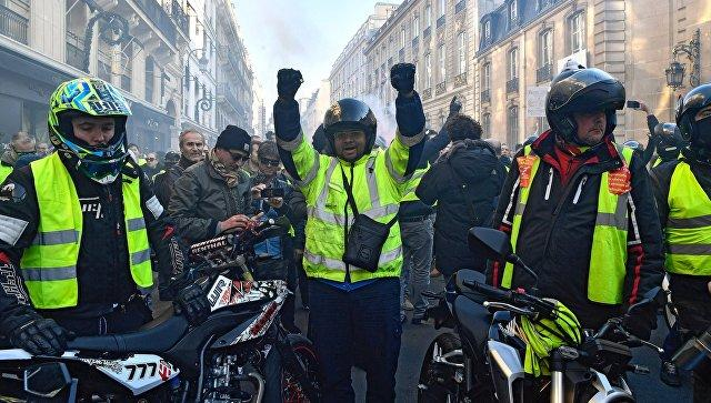 Scuffles in Paris during 'yellow vest' protest
