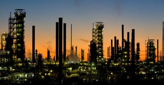 Kuwait's National Petroleum studies new oil refinery: oil ministry