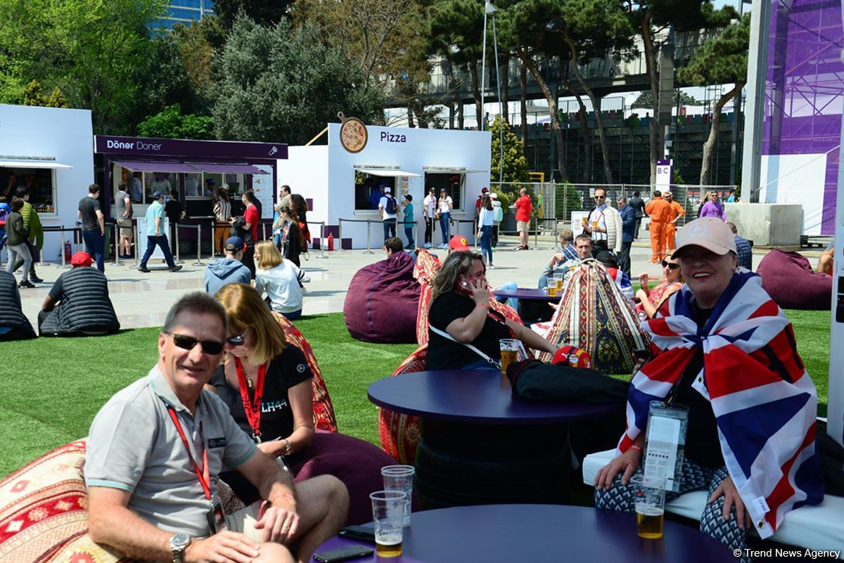 Fans of Formula 1 SOCAR Azerbaijan Grand Prix at Baku Boulevard (PHOTO)
