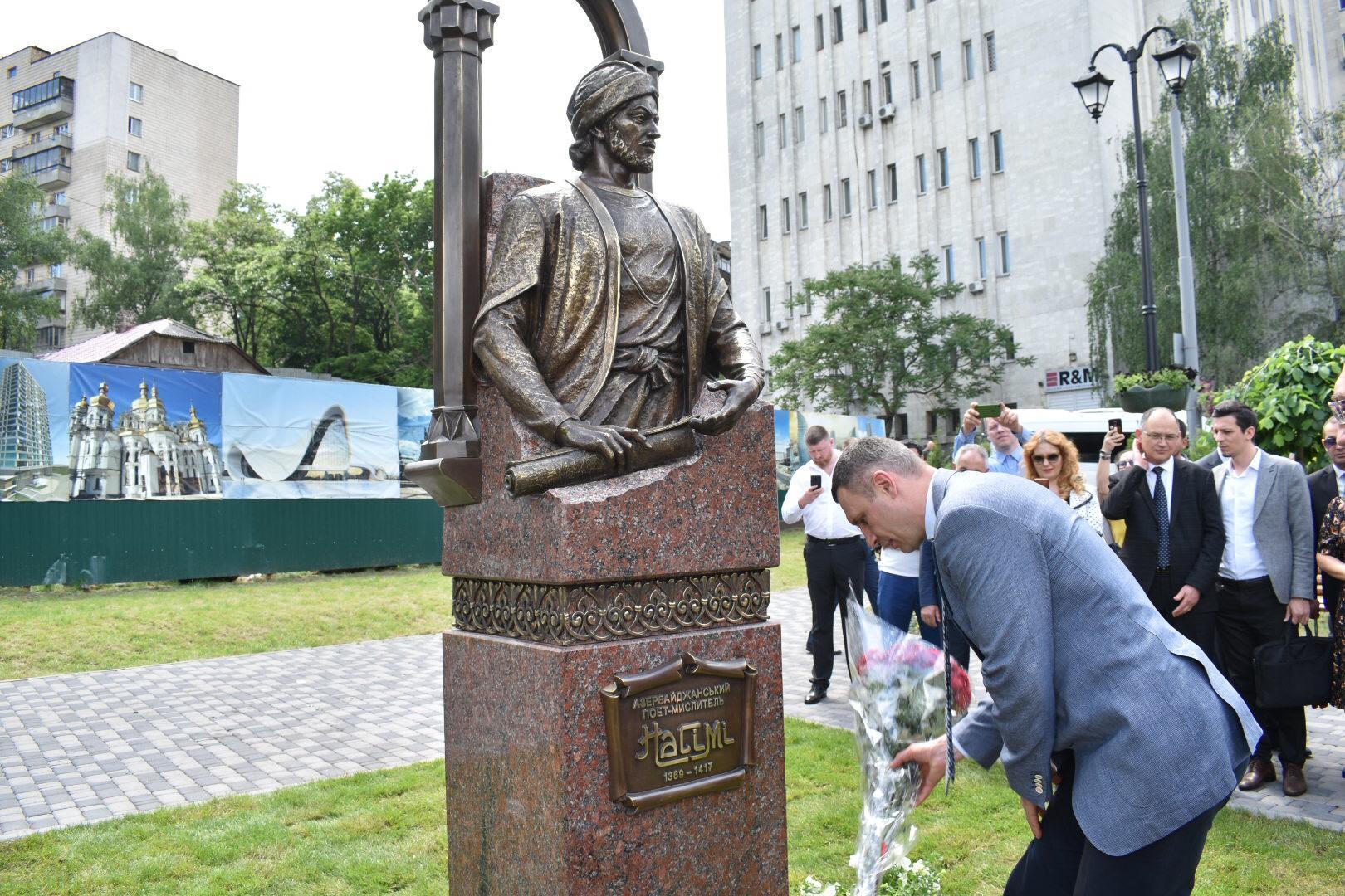 Kiyevdə Nəsiminin heykəlinin açılışı olub (FOTO)