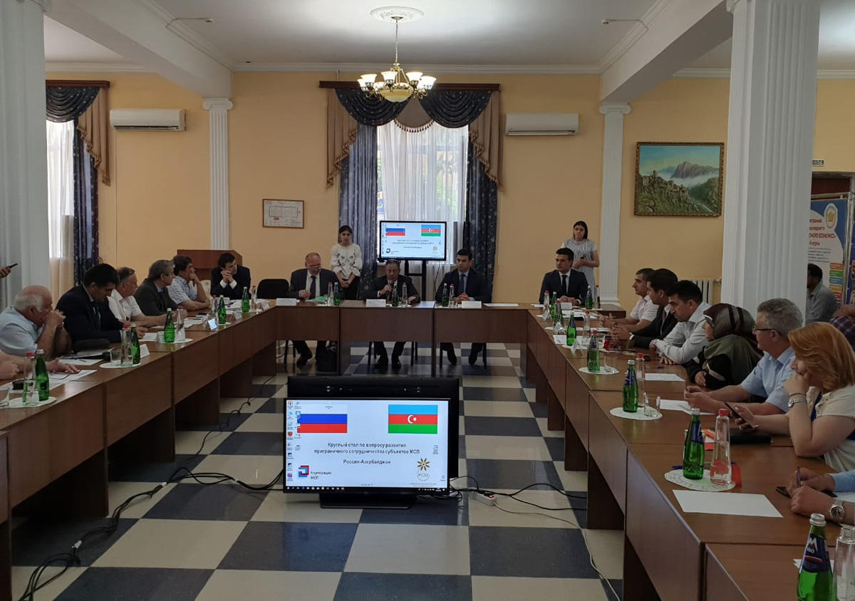 Azerbaijan, Russia hold round table discussions on development of cross-border co-op (PHOTO)