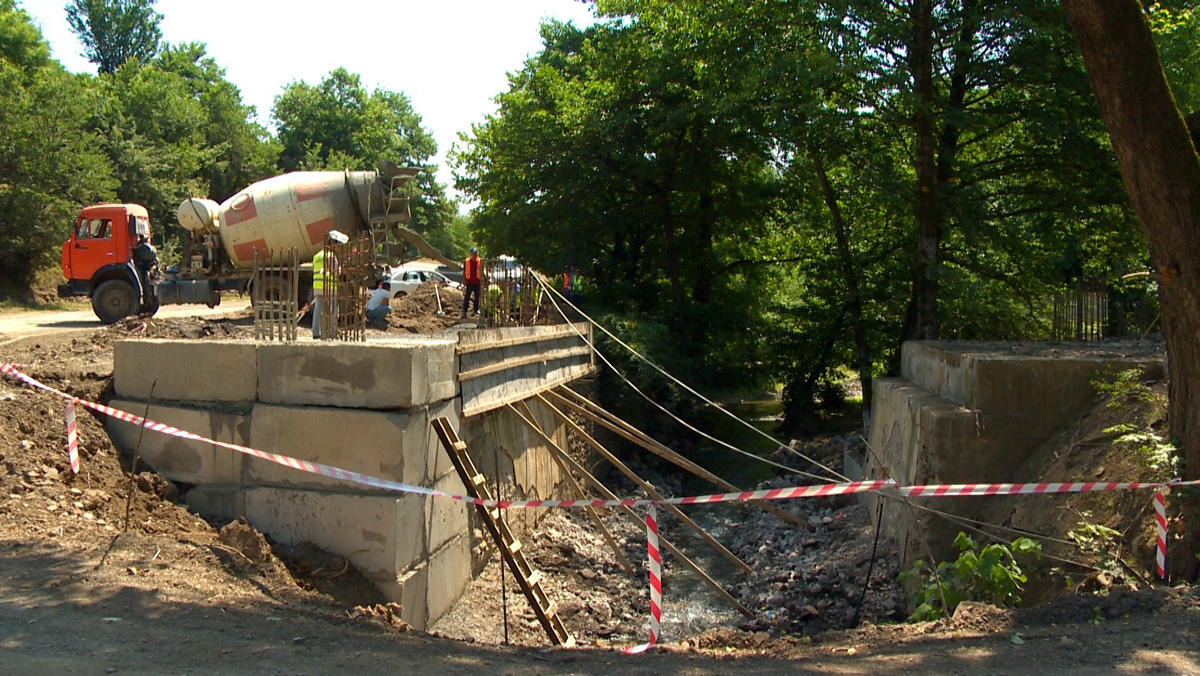 Продолжается реконструкция автодороги Лянкяран-Лерик (ФОТО)